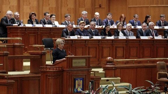 Die designierte rumänische Premierministerin Viorica Dancila (vorne) spricht bei einem Vertrauensvotum im Parlamentsgebäude in Bukarest, Rumänien.