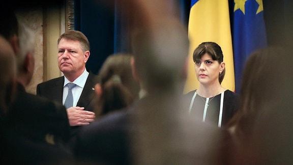 Klaus Iohannis (l), Staatspräsident von Rumänien, steht neben Laura Kövesi, damals Chefin der Antikorruptionseinheit der Staatsanwalt (DNA).
