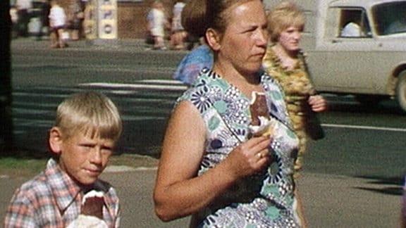 Ein Junge und eine junge Frau mit Eis in der Hand.