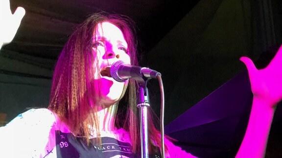 Sängerin am Mikrofon auf Bühne