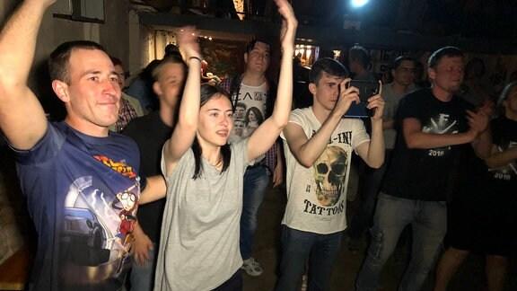Fans feiern bei Rockkonzert