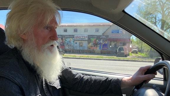 Sergej Wlaskow sitzt im Auto
