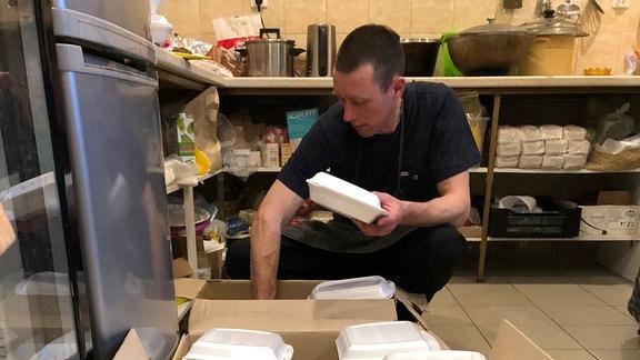 Mann verpackt Lebensmittel