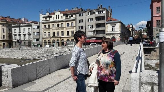 Zwei Frauen in einer Fußgängerzone