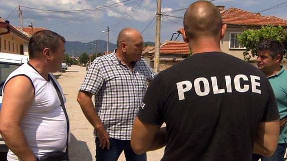 Angel Papalezov (rechts) bespricht mit den Kollegen der Regional-Polizei einen Einsatz gegen Schatzräuber.
