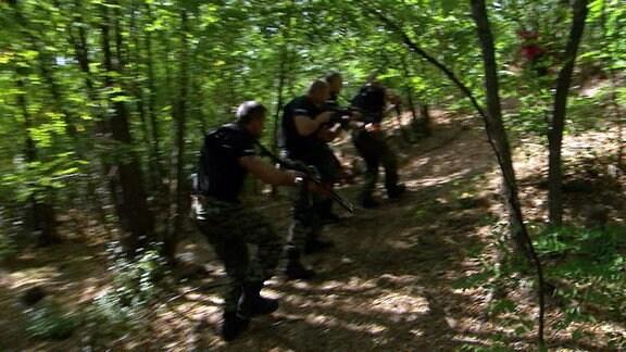 Bulgarische Polizisten auf der Jagd nach Schatzräubern