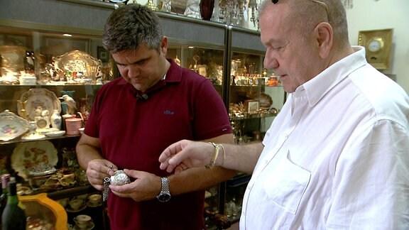 Angel Papalezov bei einem Antiquitätenhändler