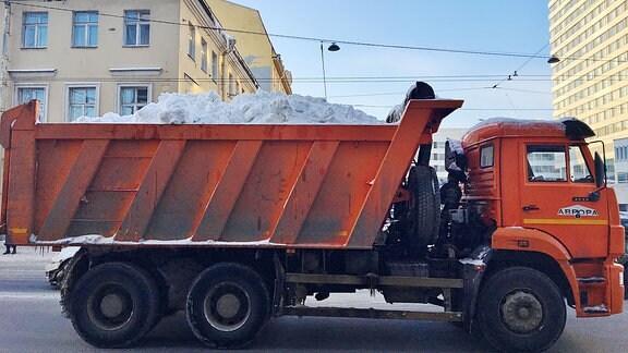 Ein LKW fährt Schnee aus der Stadt.