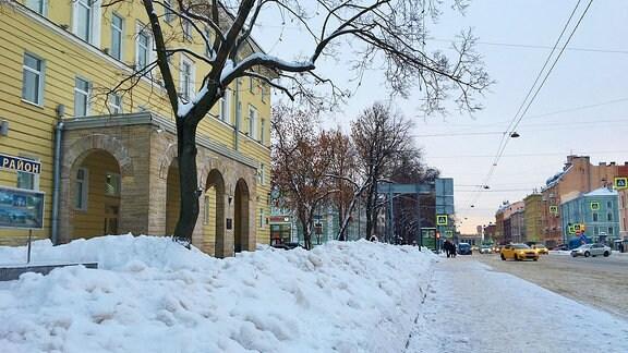 Schneeberge auf der Straße.