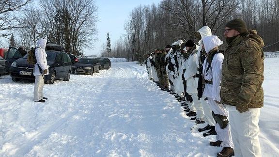 Mitglieder der Schützenunion hören den Ansagen des Ausbilders zu