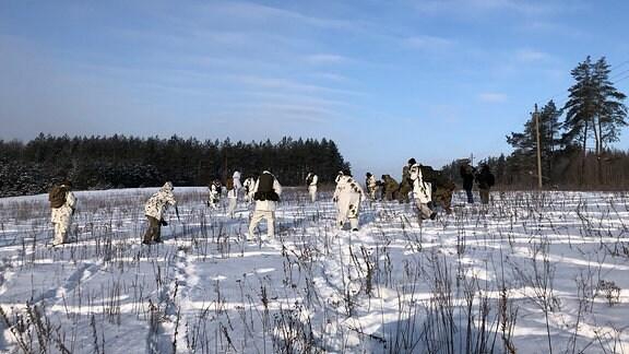 Die Mitglieder der Schützenunion versammeln sich auf einem Feld zur ersten Übung des Tages