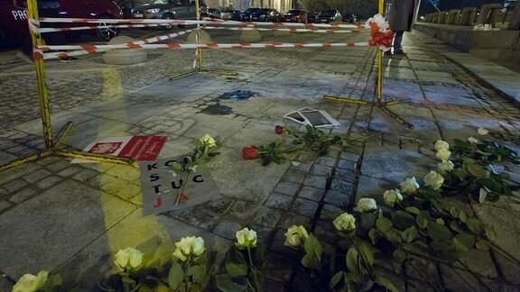 Weiße Rosen, ein Symbol der Oppositionsbewegung, an einem Ort in Warschau ein Mann selbst verbrannt haben.