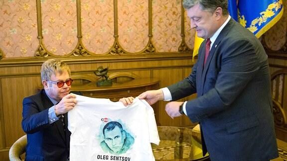 Elton John (L) und Petro (Pyotr) Poroshenko