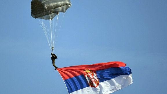 Fallschirmspringer mit Flagge.