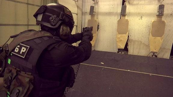 Mitglied der russischen Spezialeinheit Sobr bei einer Schießübung auf Scheiben