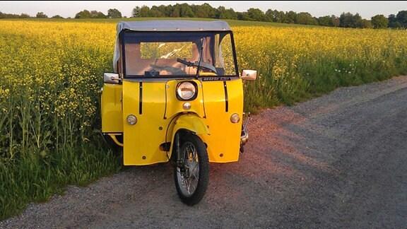 Ein gelbes Krause-Duo auf einem Feldweg im Sonnenuntergang.