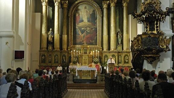 Jesuitenkirche in Bratislava während eines Gottesdienstes