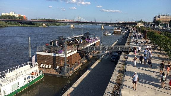Fluß, Uferpromenade, Boote, Menschen, Brücke