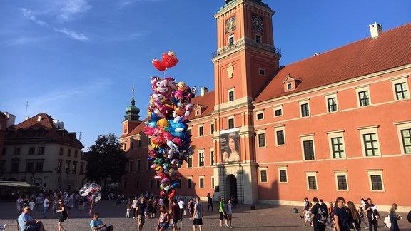 Menschen, Luftballons, Gebäude