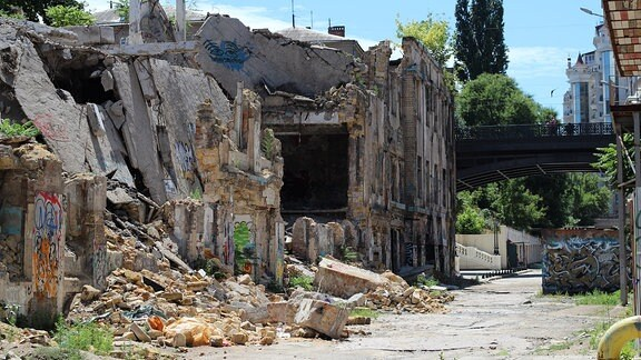 Eingestürzte Hausfassade.