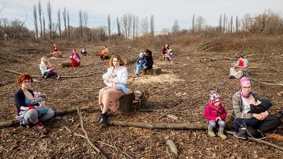 Stillende Mütter in Wald