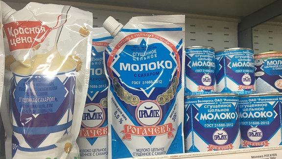 Milchpackungen und Konserven in einem Kühlfach