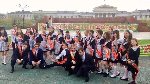 Russische Schüler versammeln sich zum Gruppenfoto
