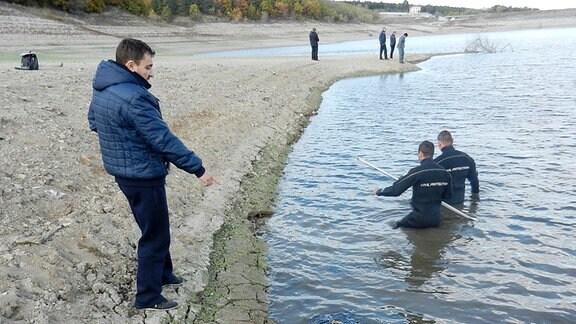 Taucher am Seeufer
