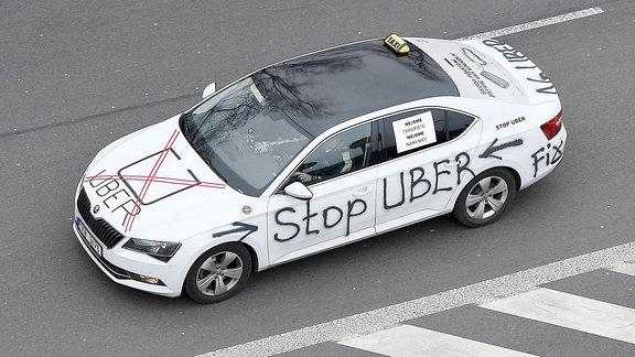 Ein Taxi fährt aus Protest gegen Uber Kreise durch das Prager Stadtzentrum.