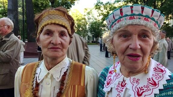 Zwei Frauen tragen Trachten