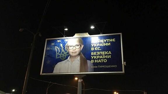 Timoschenko auf einem Leuchtplakat.