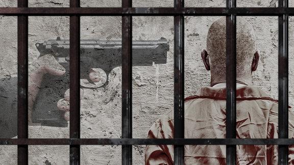 Blick hinter Gitter. Eine Pistole zielt auf den Kopf eines Mannes.