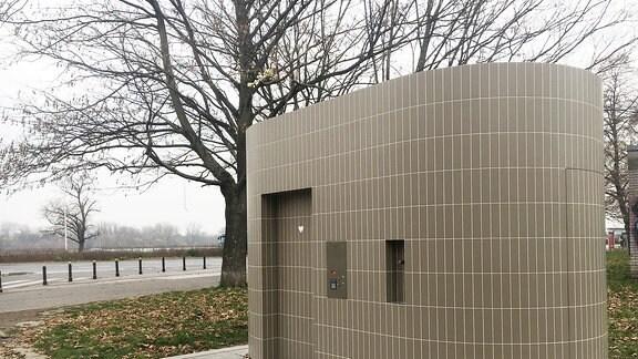 Eine öffentliche Toilette außen