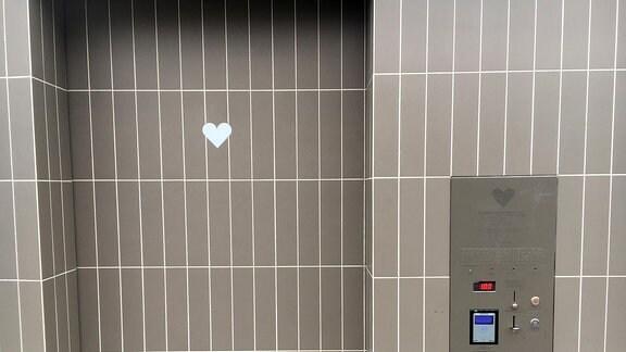 Ein Herz auf einer Fliese