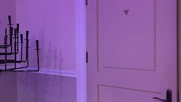 Ein Raum mit lila Beleuchtung
