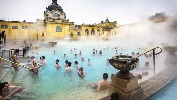 Das Széchenyi-Heilbad in Budapest mit vielen Badegästen.