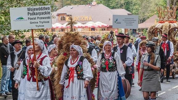 Männer und Frauen in TRacht beim Erntedankfest im polnischen Spala