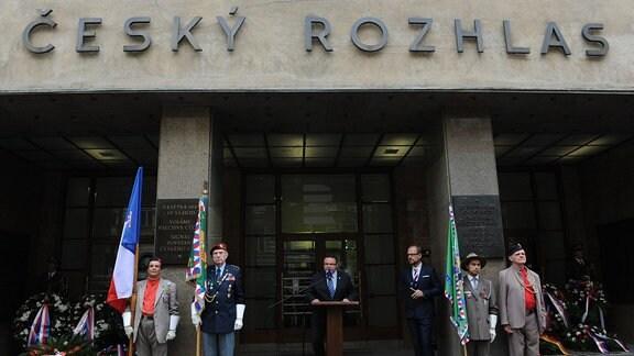 Der tschechische Kulturminister Daniel Herman und Menschenrechtsminister Jiri Dienstbier vor dem Gebäude des tschechischen Radios. (CRO)