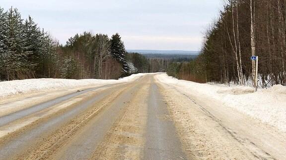 Blick in die verschneite Kleinstadt Tscherdyn in der russischen Region Perm.