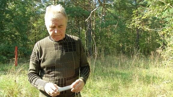 Eine Person mit einem Geigerzähler