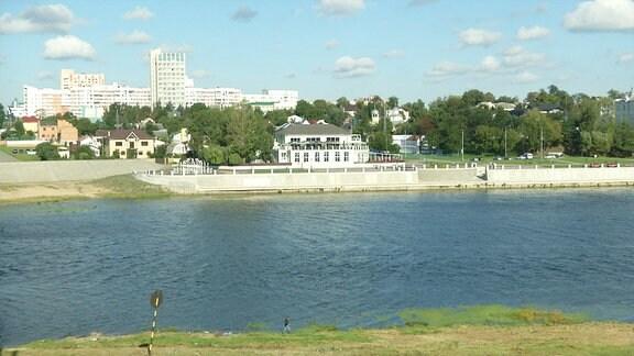 Stadt am Fluss gelegen.
