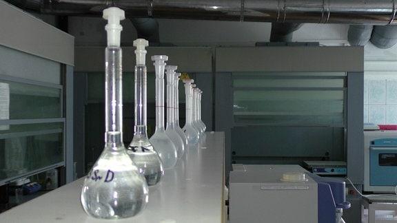 Erlenmeierkolben in einer Reihe in einem Labor.