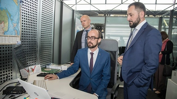 Tschetscheniens Tourismusminister Muslim Baitasiev (r.) und Konstantin Ermisch (sitzend), Inhaber des Leipziger Reisebüros Paneruasia, das Tschetschenin-Reisen anbietet.