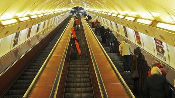 Die Prager Metro mit einer langen, in die Tiefe führenden Rolltreppe.