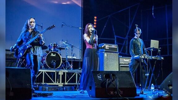 Band spielt bei einem Konzert