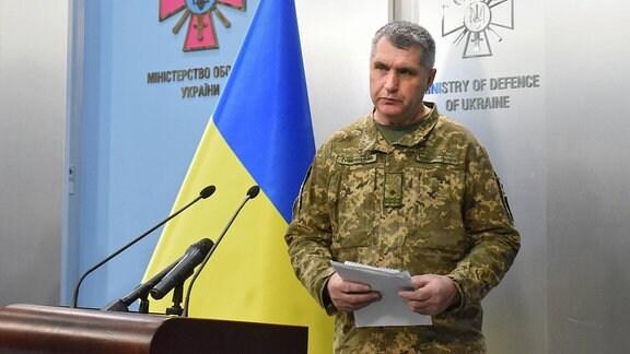 ein Militärangehöriger bei einer Pressekonferenz