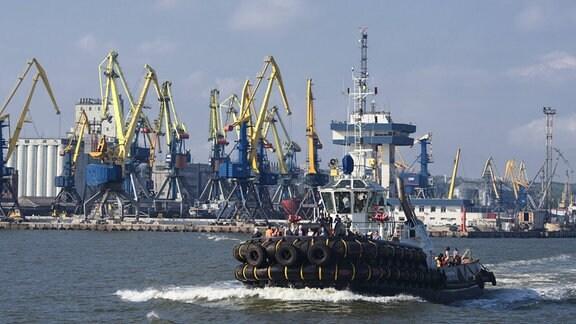 Ein Schiff im Seehafen von Mariupol
