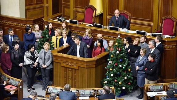 Sitzung im ukrainischen Parlament mit Weihnachtsbaum