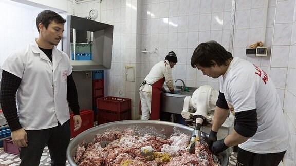 Produktion von Hackfleischwürsten in Bukarest