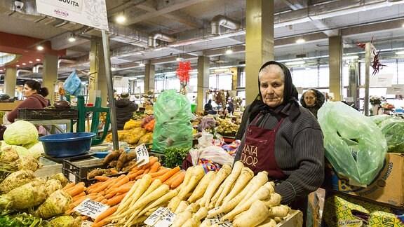 Bäuerin auf dem Gemüsemarkt in der rumänischen Hauptstadt Bukarest